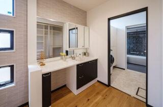 洗面所 - 白×黒のビンテージが似合う外観と家事ラク動線の平屋 - NEOデザインホーム - 建築事例