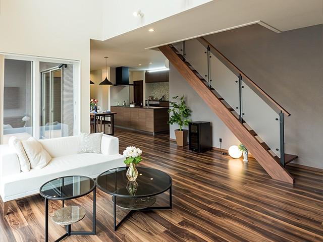 リビング階段 - MBC国分住宅展モデルハウス「地震に強いテクノストラクチャー工法の3つのゆとりを体感できる家」(霧島市)