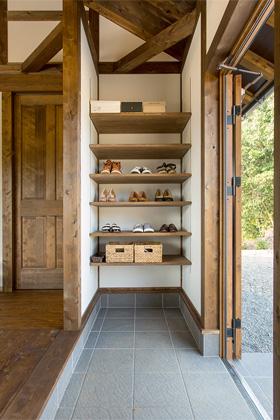 玄関には造作の棚を設置 - サイエンスホーム鹿児島店 建築実例
