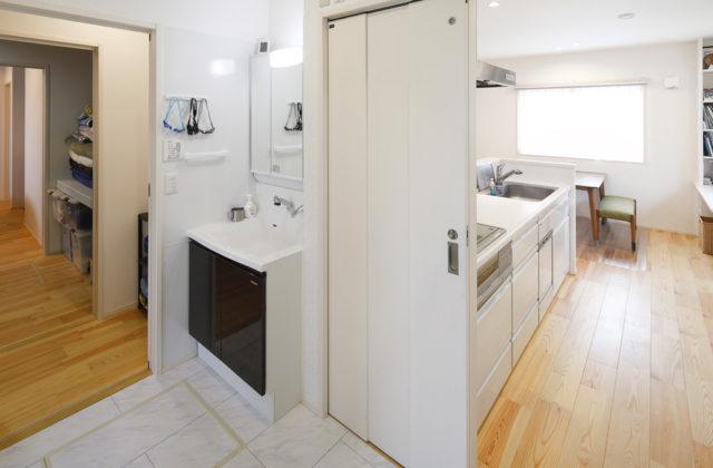 洗面・ランドリー・家事室・浴室 - 夫婦と家族の夢やこだわりを盛り込んだ効率的で機能的な平屋 - 建築実例 - SELECTINO