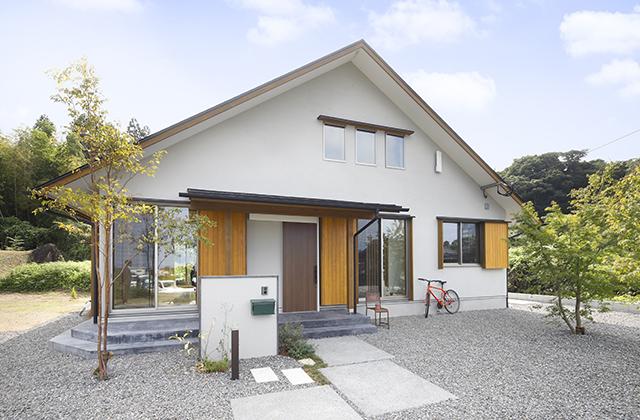 玄関土間&土間キッチンのある三角屋根の木の家 住まいず