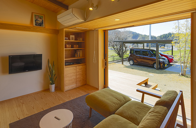 屋外へ開ける解放感が心地いい 木の風合いが優しい平屋の家 住まいず