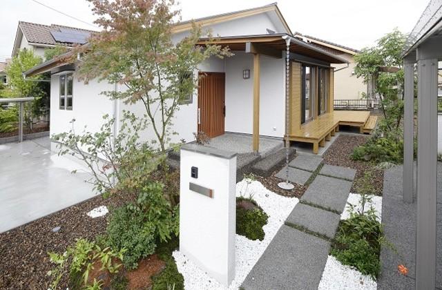 住まいず デッキから階段状で庭へとつながる外構計画までこだわった平屋