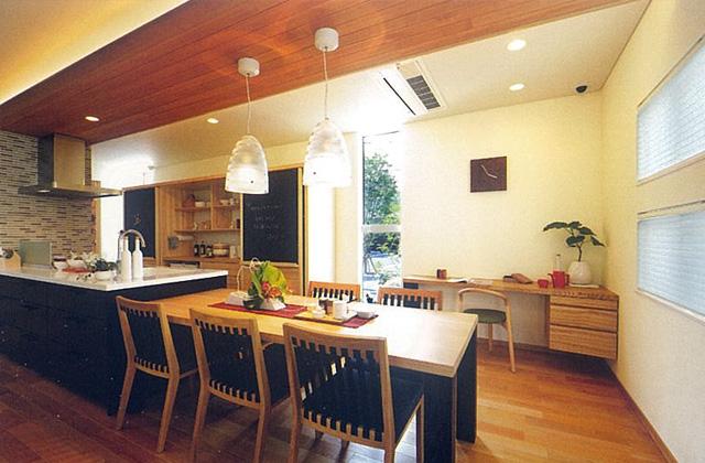 谷川建設 - モデルハウス - 家族や友人が自然と集まり、みんなで一緒に食べるダイニング空間の提案。