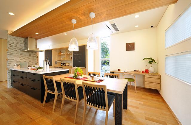 谷川建設 モデルハウス 家族や友人が自然と集まり、みんなで一緒に食べるダイニング空間の提案。