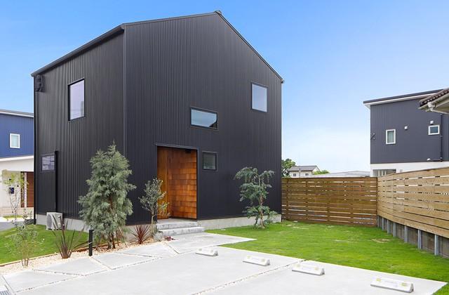 トータルハウジング 黒ガルバのモダンな外観にカリモクでそろえたインテリアの家