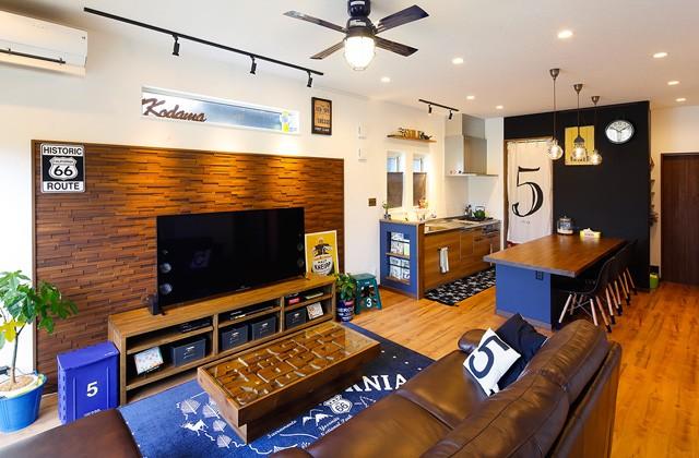 カリフォルニアスタイルのソファを用いたコーディネート 革のソファ