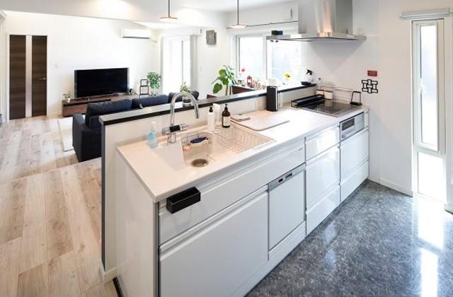 トータルハウジング - タイル床のキッチン