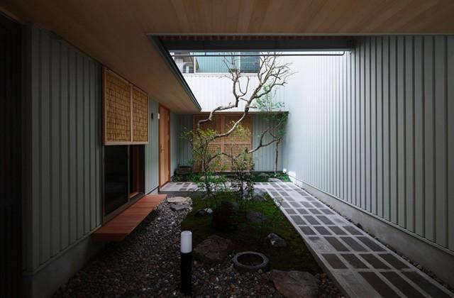 ベガハウス 住宅密集地で庭を愛でる暮らし「中庭を囲むコの字の家」