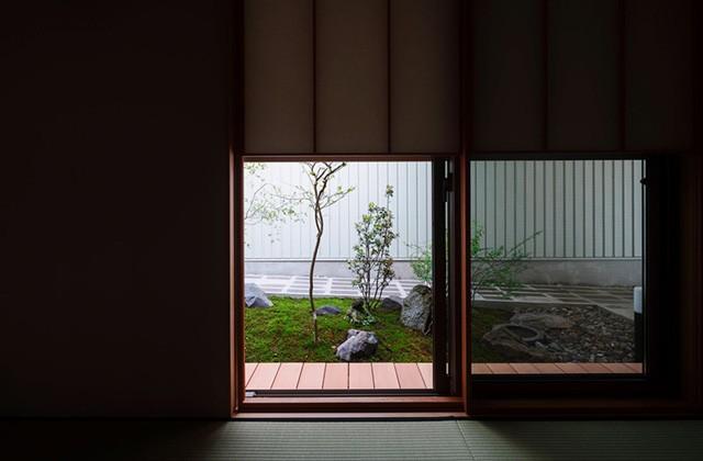住宅密集地で庭を愛でる暮らし「中庭を囲むコの字の家」 事例写真02