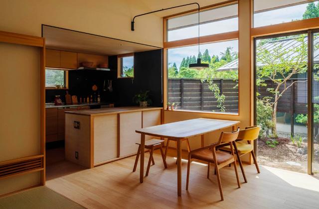 ダイニング - プライベートを尊重しつつ緩やかにつながる二世帯住宅「二つの屋根の家」(鹿児島市下福元)