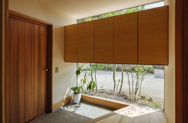 玄関 - プライベートを尊重しつつ緩やかにつながる二世帯住宅「二つの屋根の家」(鹿児島市下福元)
