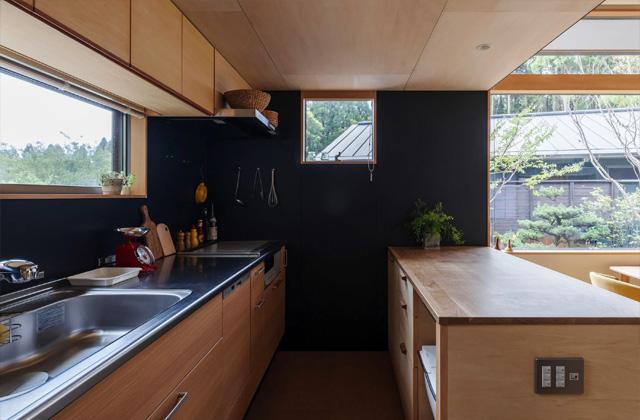 キッチン - プライベートを尊重しつつ緩やかにつながる二世帯住宅「二つの屋根の家」(鹿児島市下福元)