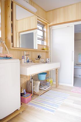 洗面スペース | 里山ならではの自然素材の家&夏は涼しく冬は暖かい知恵満載の家| 建築事例 | 山口建築
