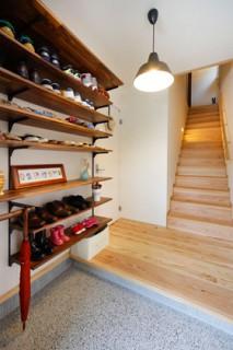 子世帯の玄関 - ヤマサハウス