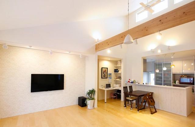 勾配天井のリビング - ヤマサハウス