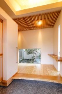 坪庭をのぞく玄関 - ヤマサハウス