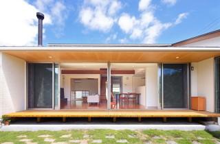 庭とリビング - ヤマサハウス