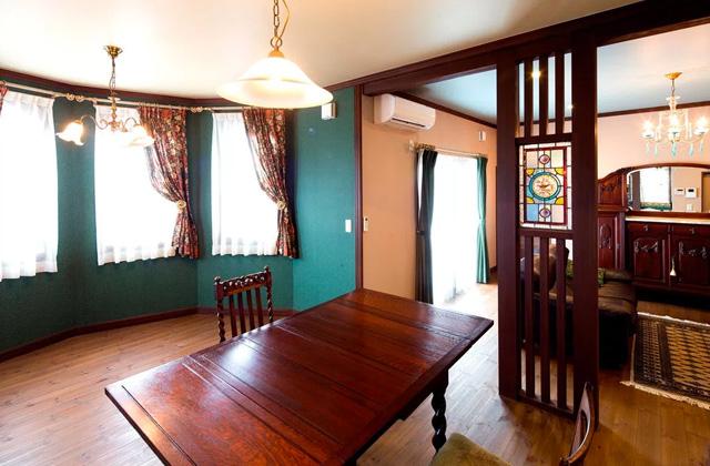 ヤマサハウス アンティーク家具とステンドグラスに囲まれた南欧風の家
