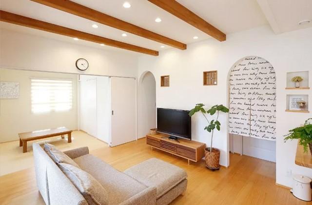 梁やステンドグラス、入口のアールとこだわりの詰まったリビング - ヤマサハウス 建築事例