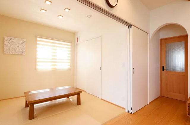 リビングとフラットにつながる和室は大容量の収納も備える - ヤマサハウス 建築事例