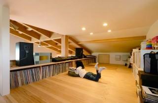 レコードの高さに合わせて作った収納棚とカウンターテーブルのあるロフト - ヤマサハウス 建築事例