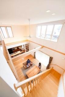 吹抜けに設けたハイサイドライトで光を十分に取り込める - ヤマサハウス 建築事例