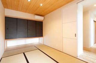 リビングとつながるシックで落ち着いた空間の和室 - ヤマサハウス 建築事例