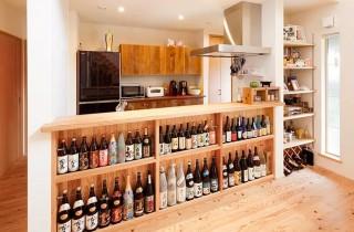 たくさんのコレクションが並ぶキッチン前の焼酎棚 - ヤマサハウス 建築事例