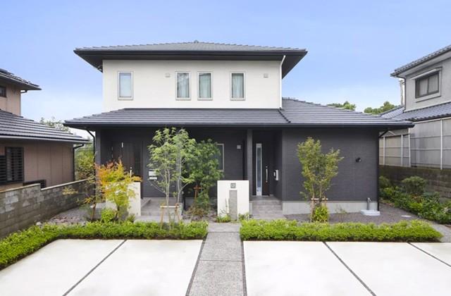 ヤマサハウス 建築事例 - 重厚感のある和風の外観デザイン。来客時も安心の広々駐車スペース