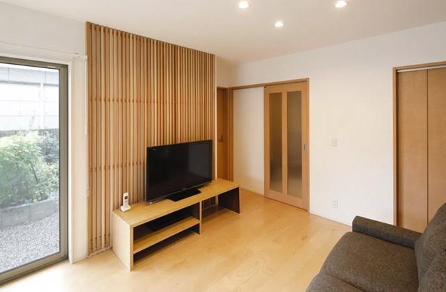 ヤマサハウス 建築事例 - TV背面の木格子などナチュラルカラーでまとめられた親世帯
