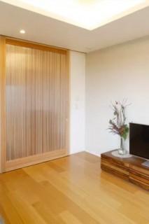 ヤマサハウス 建築事例 - 子世帯の入り口は造作のハイドア