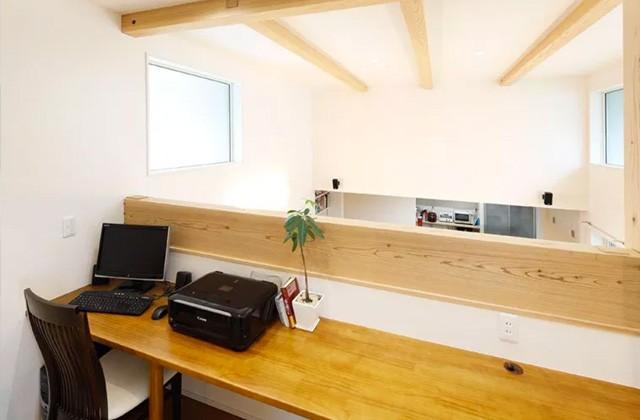 ヤマサハウス 建築事例 - カウンターを造り付け書斎としても使える中2階ホール