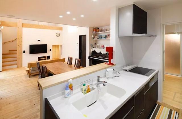 ヤマサハウス 建築事例 - キッチン奥から脱衣室~浴室とつながる家事がしやすいプラン