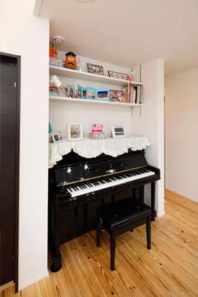 ヤマサハウス 建築事例 - ピアノのサイズに合わせて上部に飾り棚を設けたピアノスペース