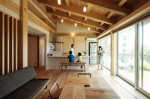 ヤマサハウス 建築事例 - 開放的な空間で四季を感じる自然へと開かれた MOOK HOUSE の平屋